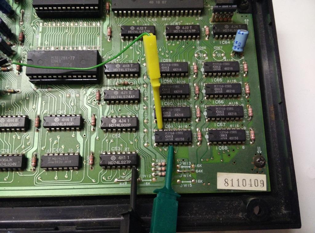Posizionamento terminali dell'oscilloscopio su uno dei chip di DRAM