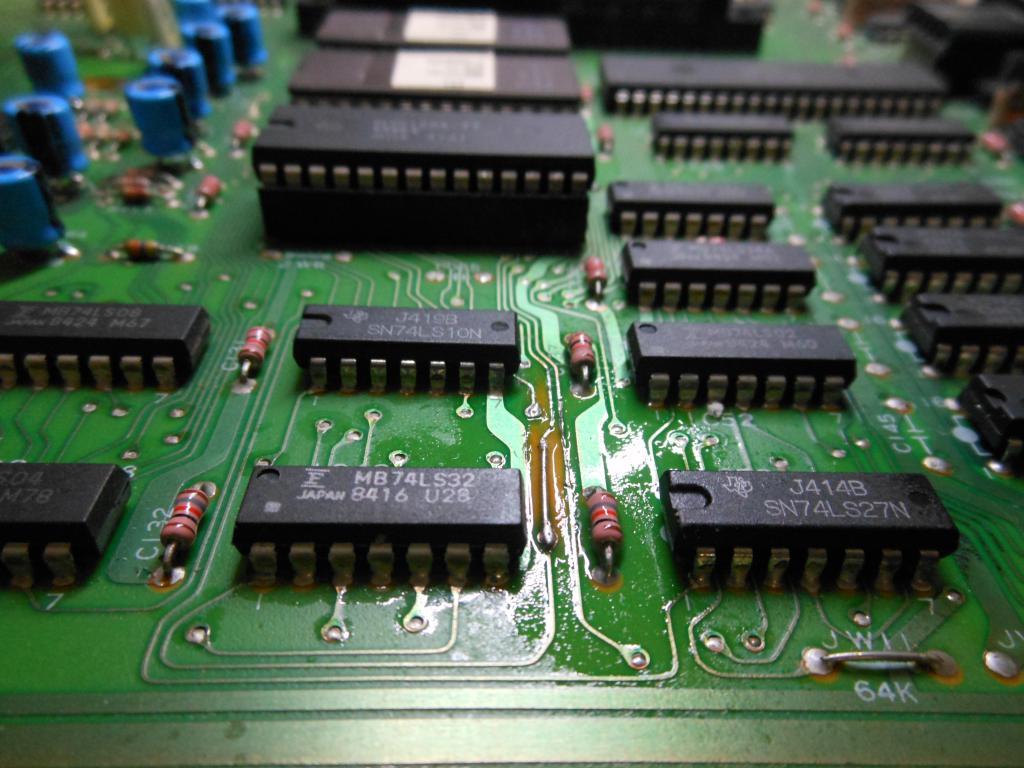 Traccia riparata con un pezzetto di conduttore e della lacca per circuiti stampati